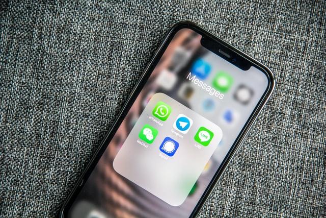 Handy-Display mit verschiedenen Messengern. Bild: Unsplash/Adem AY
