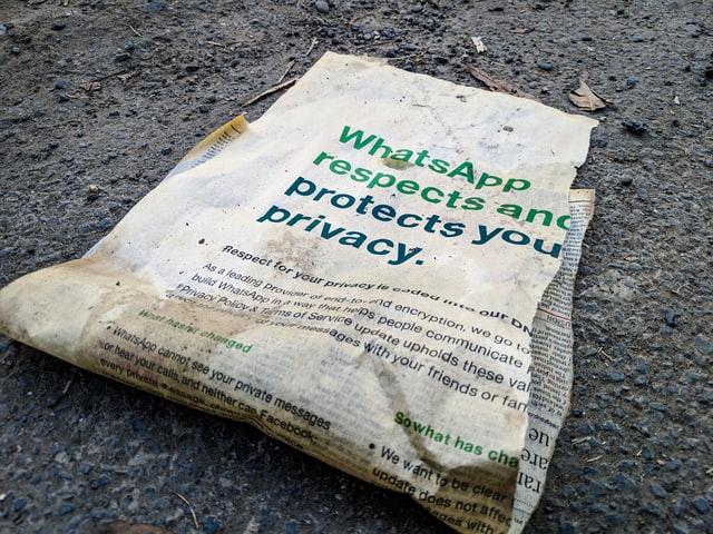 Zeitungsausschnitt zur WhatsApp-Privatsphäre. Bild: Unsplash/Tushar Mahajan