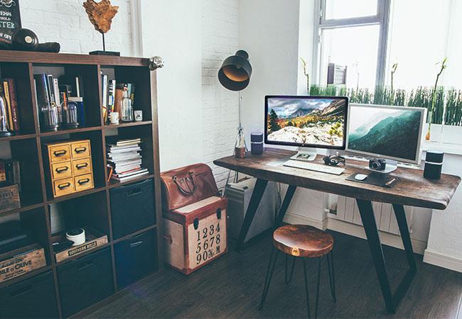 Uninstaller: Büro mit Schreibtisch und Computer mit zwei Monitoren. Bild: Unsplash/Vadim Sherbakov