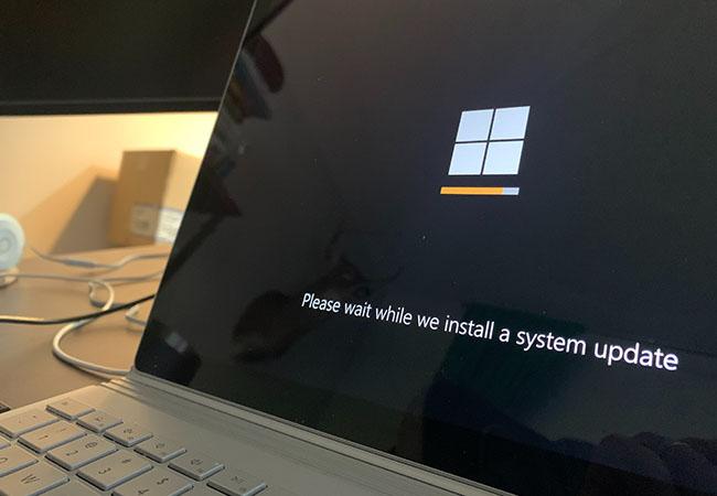 Windows-1-Release: Laptop mit Windows-Update-Bildschirm. Bild: Unsplash/Clint Patterson