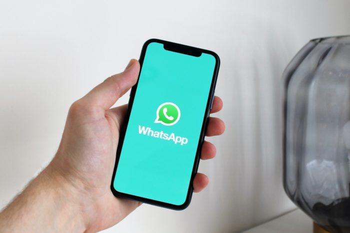WhatsApp-Newsletter. Handy mit dem WhatsApp-Logo in einer Hand. Bild: Pexels