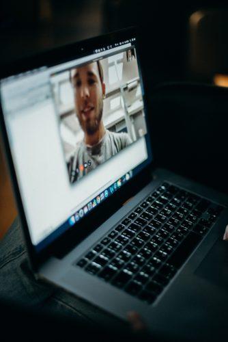 FaceTime für Android. Videocall am Laptop. Bild: Pexels