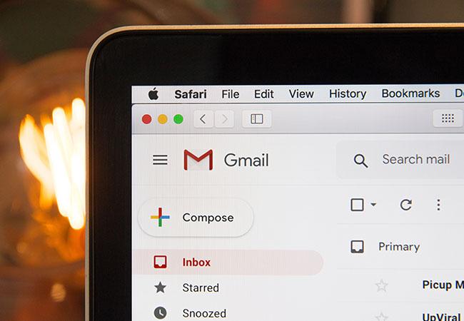 Google Chat: Ausschnitt aus GMail auf Bildschirm. Bild: Unsplash/Stephen Phillips – Hostreviews.co.uk