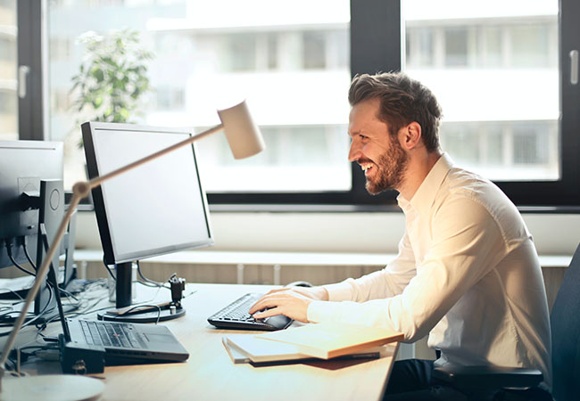 Signal-Messenger Desktop: Mann arbeitet ohne Ablenkung am Laptop. Bild: Pexels/Andrea Piacquadio