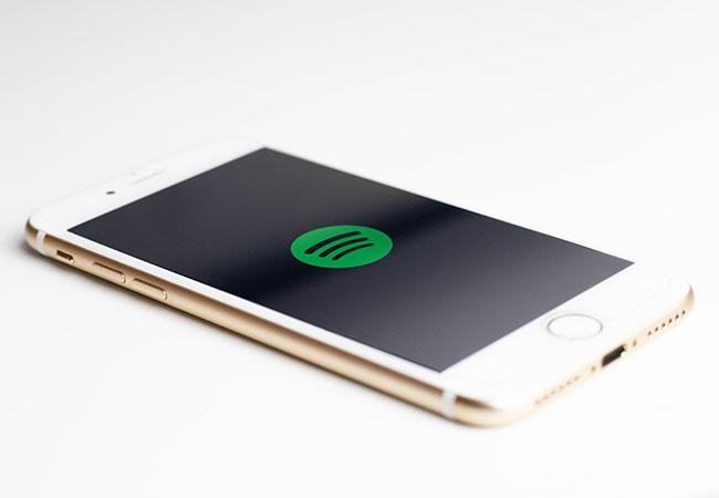Spotify-Konto gesperrt: Smartphone mit Spotify-Logo. Streaming-Dienst Spotify Ihr Konto sperrt.
