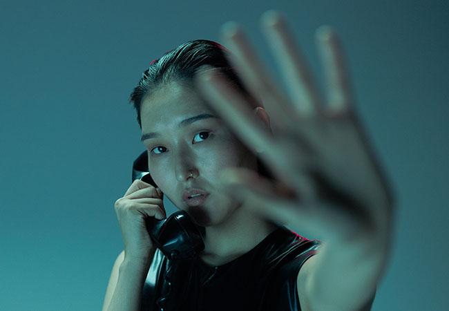 Telefonat aufzeichnen. Frau am Telefon wehrt mit der Hand ab. Bild: Pexels/Cottonbro