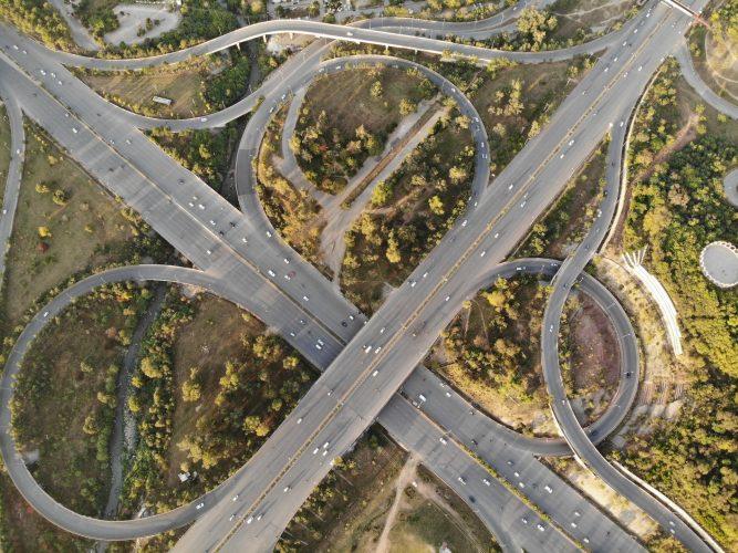Autobahn-App. Blick von oben auf ein Autobahnkreuz. Bild: Pexels