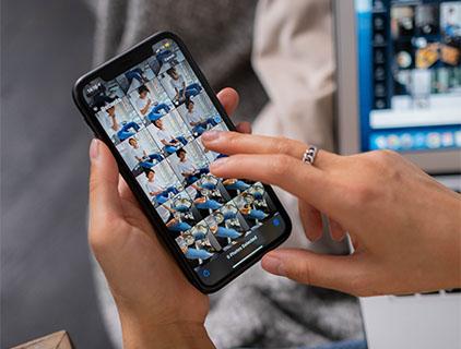 Samsung-Cloud endet: Handy mit geöffneter Galerie, runterscrollen. Bild: Pexels/Ron Lach