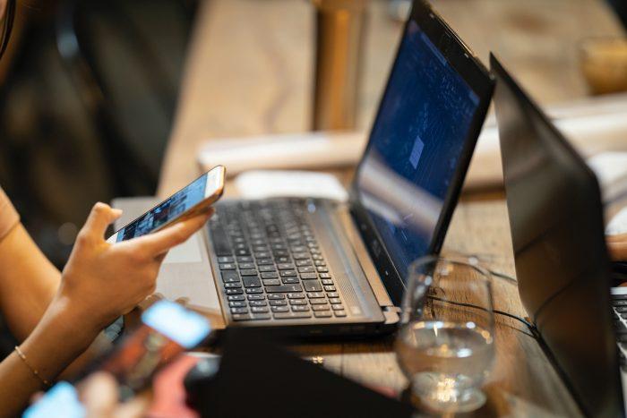 Snapdrop. Personen sitzen vor Laptops und Handys. Gesichter sind nicht zu erkennen. Bild: Pexels