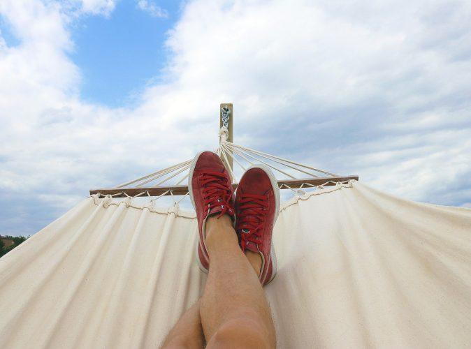 WhatsApp-Urlaubsmodus. Person liegt in einer Hängematte. Nur die Füße sind zu sehen. Bild: Pexels