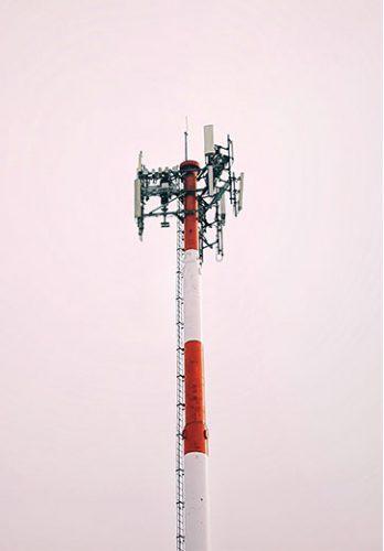 Strahlungsarme Handys: Mobilfunkmast, rot/weiß gestreift. Bild: Unsplash/Sigmund