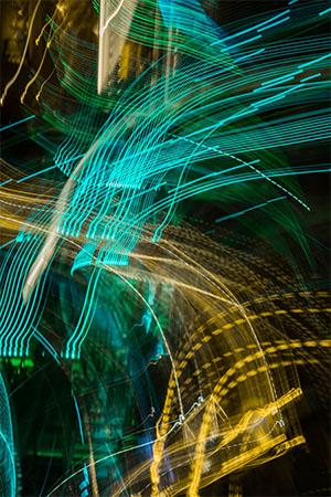 Strahlungsarme Handys: bildlich dargestellte Strahlen in blau und gelb. Bild: Unsplash/Mikel Parera