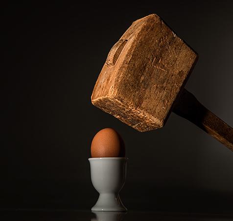 Brute Force: Ei im Eierbecher, Hammer fällt gleich drauf. Bild: Pexels/Pixabay