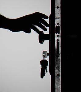 Hand greift zum Türknauf, im Schloss stecken Schlüssel. Bild: Pexels/George Becker