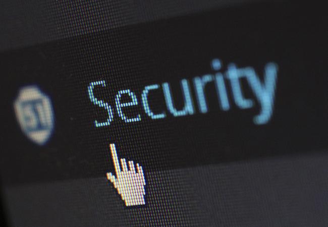 QakBot: Maushand zeigt auf Schriftzug Security. Bild: Pexels/Pixabay