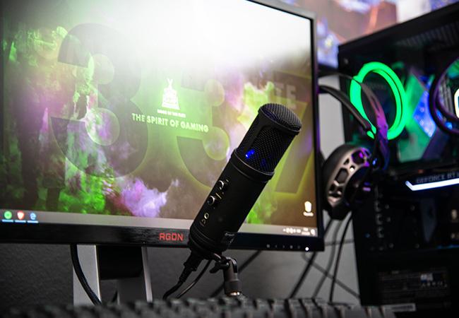 Twitch-Datenleak: Eine Gaming-Ausstattung bestehend aus Bildschirm, Mikrofon, Tastatur. Bild: Unsplash/Ella Don
